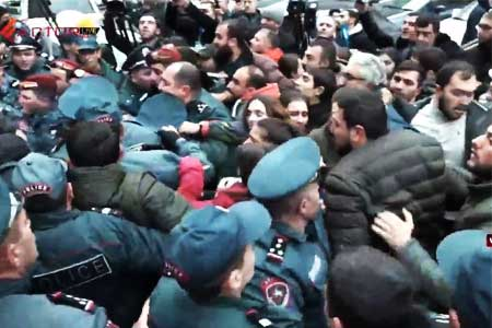 Representatives of the ARFD youth wing blocked Vazgen Sargsyan  Street; four people detained